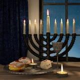 Fondo de Jánuca con las velas, anillos de espuma, top de giro stock de ilustración