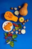 Fondo de la acción de gracias - calabazas, rebanadas fritas de la calabaza en un p fotografía de archivo