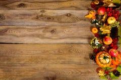 Fondo de la acción de gracias con la calabaza, las manzanas y las hojas de oro, Fotos de archivo libres de regalías