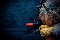 Fondo de la acción de gracias con la fruta y verdura en la madera en la estación del otoño Imagen de archivo libre de regalías