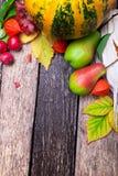 Fondo de la acción de gracias con las frutas y las calabazas del otoño en una tabla de madera rústica Opinión superior de la cose Foto de archivo