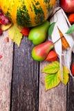 Fondo de la acción de gracias con las frutas y las calabazas del otoño en una tabla de madera rústica Opinión superior de la cose Fotos de archivo libres de regalías