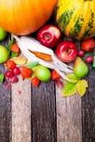 Fondo de la acción de gracias con las frutas y las calabazas del otoño en una tabla de madera rústica Opinión superior de la cose Fotografía de archivo