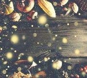 Fondo de la acción de gracias con nieve del oro que cae Calabazas y diversas frutas del otoño Capítulo con los ingredientes estac Foto de archivo libre de regalías