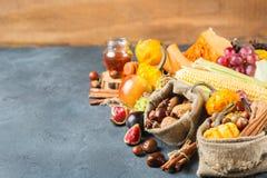 Fondo de la acción de gracias de la cosecha del otoño de la caída con maíz de la castaña de la manzana de la calabaza Foto de archivo