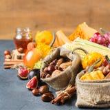 Fondo de la acción de gracias de la cosecha del otoño de la caída con maíz de la castaña de la manzana de la calabaza Fotografía de archivo libre de regalías