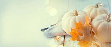 Fondo de la acción de gracias Tabla de madera, adornada con las calabazas, las hojas de otoño y las velas imagen de archivo