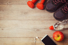 Fondo de la aptitud con la botella de agua, de pesas de gimnasia y de calzados atléticos Visión desde arriba Fotos de archivo libres de regalías