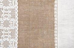 Fondo de la arpillera con el paño de encaje y de lino Fotos de archivo