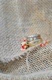 Fondo de la arpillera con los anillos de oro Foto de archivo libre de regalías