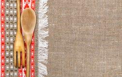Fondo de la arpillera confinado por el paño y los utensilios del país Imagen de archivo libre de regalías