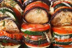 Fondo de la berenjena, de tomates y del calabacín cocidos imagen de archivo