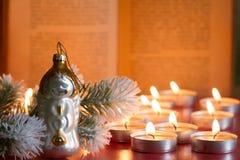 Fondo de la biblia del árbol de la chuchería y de la Navidad del extracto de la vela en noche imagen de archivo
