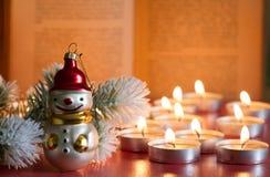 Fondo de la biblia del árbol de la chuchería y de la Navidad del extracto de la vela en noche imagen de archivo libre de regalías