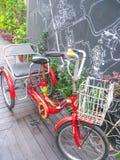 Fondo de la bicicleta y del jardín Imágenes de archivo libres de regalías