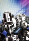 Fondo de la bola de discoteca, del micrófono y de la música Fotos de archivo