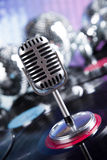 Fondo de la bola de discoteca, del micrófono y de la música Imagen de archivo