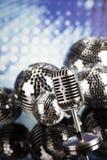 Fondo de la bola de discoteca, del micrófono y de la música Fotografía de archivo libre de regalías