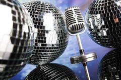 Fondo de la bola de discoteca, del micrófono y de la música Imágenes de archivo libres de regalías