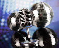 Fondo de la bola de discoteca, del micrófono y de la música Foto de archivo libre de regalías