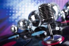 Fondo de la bola de discoteca, del micrófono y de la música Fotos de archivo libres de regalías