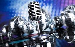 Fondo de la bola de discoteca, del micrófono y de la música Imagen de archivo libre de regalías