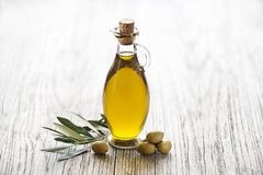 Fondo de la botella del aceite de oliva Fotografía de archivo libre de regalías
