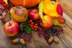 Fondo de la caída con la calabaza amarilla, manzanas, pera, licencia colorida Foto de archivo libre de regalías