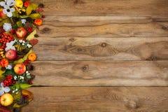 Fondo de la caída con las calabazas, las manzanas, las hojas y las flores blancas Fotos de archivo