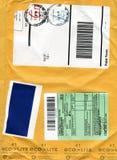 Fondo de la cartulina del sobre con símbolos del correo Foto de archivo