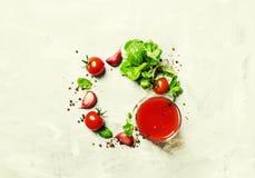 Fondo de la comida, albahaca verde juic del tomate, tomates de cereza, lepisosteus foto de archivo libre de regalías