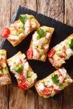 Fondo de la comida: bocadillos con la langosta, aguacate, tomates y imagenes de archivo
