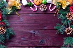 Fondo de la comida con el microprocesador de chocolate, las galletas, las melcochas y los bastones de caramelo fotografía de archivo
