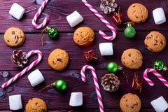 Fondo de la comida con el microprocesador de chocolate, las galletas, las melcochas y los bastones de caramelo imagen de archivo libre de regalías