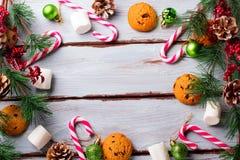 Fondo de la comida con el microprocesador de chocolate, las galletas, las melcochas y los bastones de caramelo imagenes de archivo