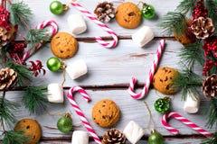 Fondo de la comida con el microprocesador de chocolate, las galletas, las melcochas y los bastones de caramelo foto de archivo libre de regalías
