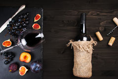 Fondo de la comida con el vino rojo, los higos, las uvas y el queso Fotos de archivo libres de regalías