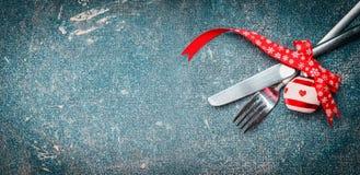 Fondo de la comida de la Navidad con el cubierto de la tabla: bifurcación, cuchillo y decoración festiva Fotos de archivo libres de regalías