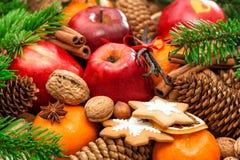 Fondo de la comida de la Navidad Frutas de Apple y del mandarín, nueces, c Fotografía de archivo libre de regalías