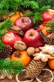 Fondo de la comida de la Navidad Manzanas, galletas y especias Imagen de archivo libre de regalías