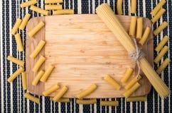 Fondo de la comida de la visión superior hecho de espaguetis y de pastas finos Imágenes de archivo libres de regalías