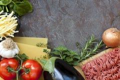 Fondo de la comida de los ingredientes de las lasañas imagenes de archivo