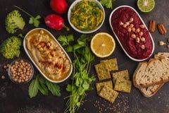 Fondo de la comida del vegano Bocados vegetarianos: hummus, hummu de las remolachas Foto de archivo libre de regalías