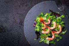Fondo de la comida de la dieta sana de la Navidad Árbol de navidad hecho de las hojas y del camarón de la lechuga Imagen de archivo