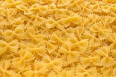 Fondo de la comida hecho de los tallarines crudos de Farfalle imagen de archivo