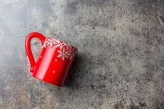 Fondo de la comida de la Navidad del día de fiesta, taza del té con la decoración de la Navidad en el fondo de piedra Invierno, m Imagen de archivo libre de regalías
