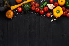 Fondo de la comida para los platos italianos sabrosos con el tomate, paprika, p fotos de archivo libres de regalías