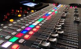 Fondo de la consola de la música, foto conceptual de la música de un dispositivo profesional de los sonidos imágenes de archivo libres de regalías