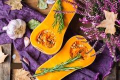 Fondo de la cosecha del otoño de la caída con la calabaza y el romero de la calabaza moscada Fotografía de archivo