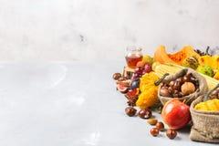 Fondo de la cosecha del otoño de la caída con maíz de la castaña de la manzana de la calabaza Foto de archivo